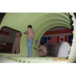 美联公司员工正在制作铆装飞机模拟舱