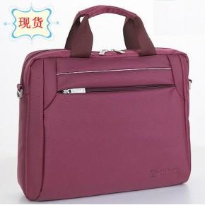此款外显大气时尚的手提电脑包专为女性设计